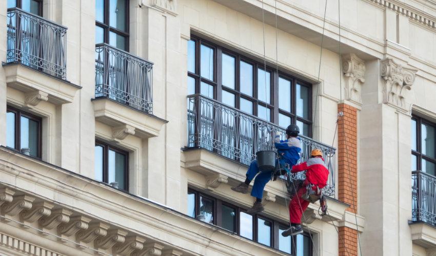 Operarios rehabilitando una fachada